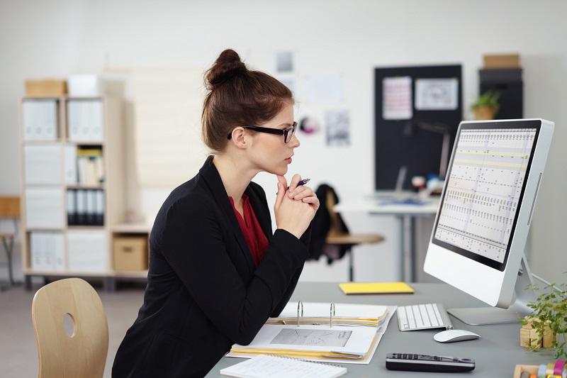 Trabajadora haciendo uso de impresoras para la oficina